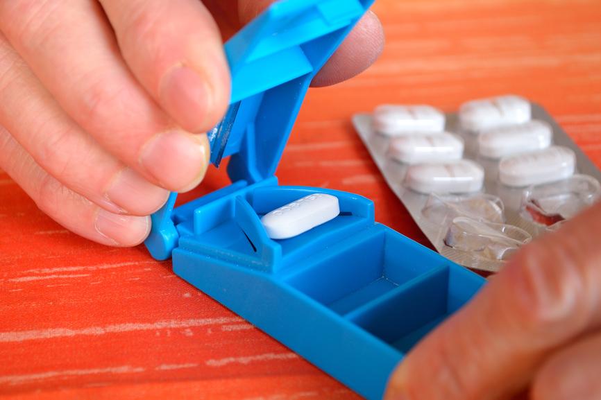 Tablette wird mit Tablettenschneider geteilt